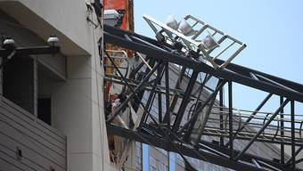 Der Kran schlug in Dallas im US-Staat Texas auf einen Wohnblock und eine darin gelegene Parkgarage auf.
