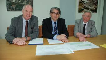 Fehler eingeräumt: Peter Wertli (Verwaltungsrat Ferrowohlen AG), Denis Kopitsis (Verwaltungsratspräsident/CEO Ferrowohlen AG) und Paul Meyer (Architekt, von links) stehen dazu, dass die Firma ohne Baubewilligung gebaut hat.(Fabian Hägler)