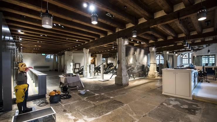 Eingangsbereich des renovierten Museums Altes Zeughaus. Hier wird wenige Tage vor der Eröffnung noch geputzt.