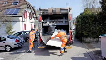 Kehrichtmänner von Schneider Reisen und Transporte AG aus Langendorf bei der Arbeit in Rüttenen.