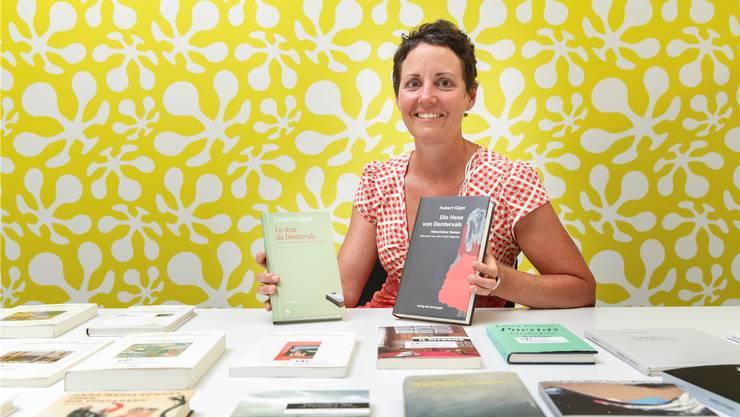 Tanja Pete, Programmkoordinatorin der «ch Reihe», präsentiert übersetzte rätoromanische Literatur.