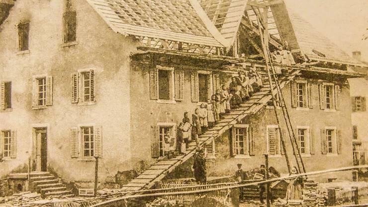 Historische Aufnahme aus Tägerig nach dem Dachstockbrand von 1907 im Armenhaus: Wiedereindeckung des Daches mit freiwilligen Helfern im Einsatz. pd