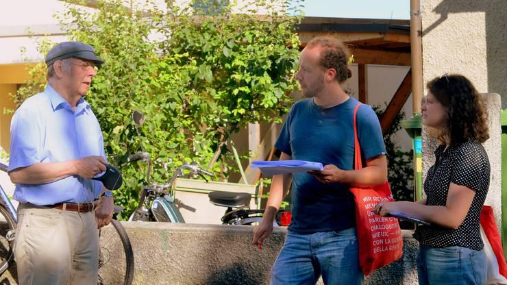 Die beiden Junge-SP-Mitglieder Florian Eberhard und Cécile Send (rechts) im Gespräch mit Arthur Tabeling (links).