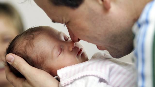 Im Glauben, die Tochter seiner Lebensgefährtin sei auch seine, hat ein Mann ein Mädchen als Vater anerkannt. (Symbolbild)