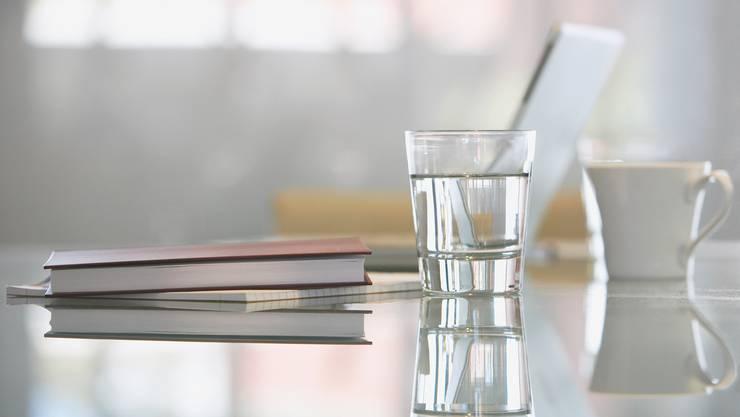 Statt einem Plastikbecher kommen bei Novartis Gläser zum Einsatz.