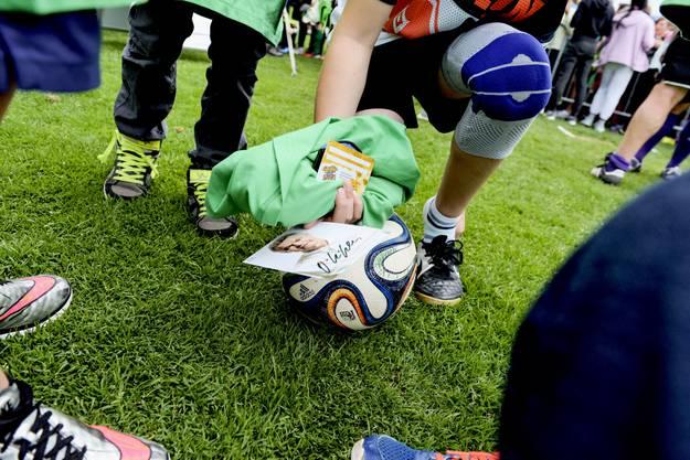 Eine Ottmar-Hitzfeld-Autogrammkarte, das offizielle T-Shirt und einen Ball - da ist das verletzte Knie schnell vergessen.