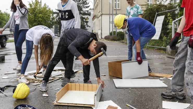 Umbau in Biberist: Die Schüler räumen das Bezirksschulhaus aus.