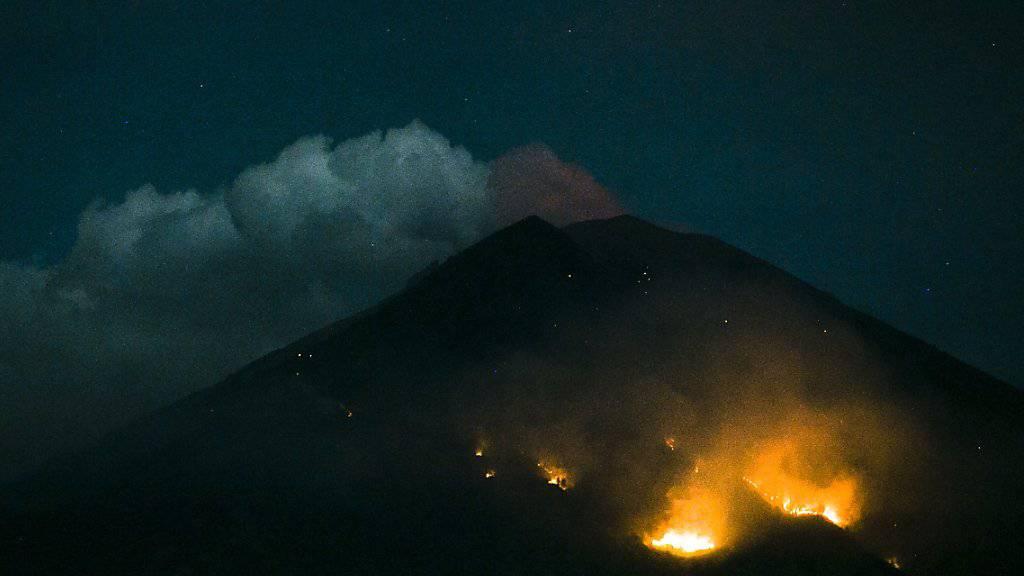 Waldbrände am Vulkan Agung nach einem Lava-Ausbruch