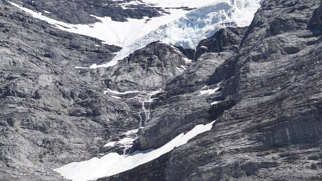 Um 20'000 Kubikmeter Eis erleichtert: Der Hängegletscher an der Eiger-Westflanke nach dem Eisabbruch.