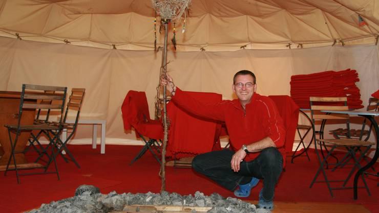 Wärmende Feuerstelle in der Mitte: Markus Marchel in seinem Indianertipi, wo er Fondue und Raclette serviert. Foto: PMN