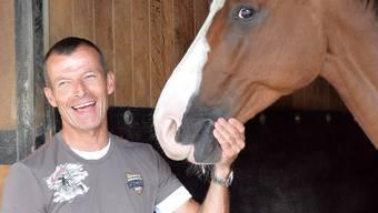 Pius Schwizer freut sich über ein neues Pferd. Archiv