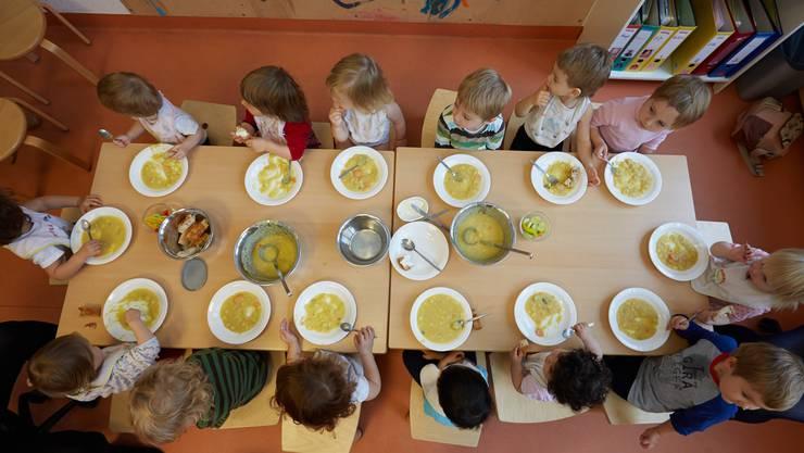 Kinder am Mittagstisch (Symbolbild)
