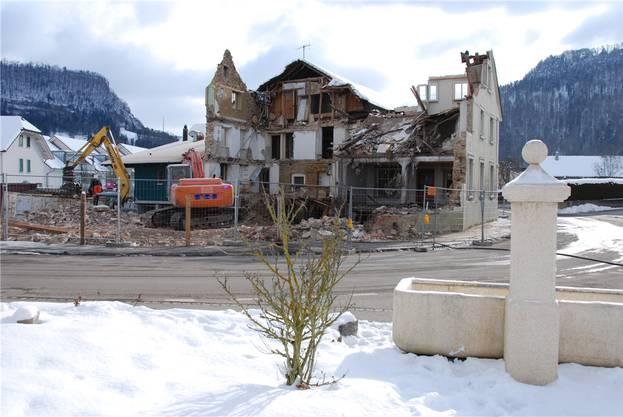 Der Blick ins Innere des Altbaus lässt in diesem Moment erahnen, wie gross der Sanierungsbedarf gewesen wäre.