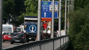 Auf der Hochbrücke prallte ein Auto gegen das Brückengeländer, der 44-jährige Fahrer machte sich aus dem Staub. (Archiv)