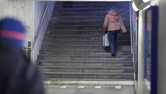 Ein 36-Jähriger erstach am vergangenen Sonntag in der Bahnhofsunterführung in Rapperswil seine Mutter und verletzte sich anschliessend selbst schwer am Hals. (Symbolbild)