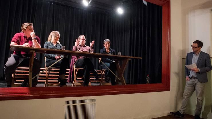 Die Kandidaten auf der Bühne im «Weissen Wind»: Lucius Mathys, Johanna Radecke, Urs Rey und Sylvia Hofer (v.l.). Alex Spichale