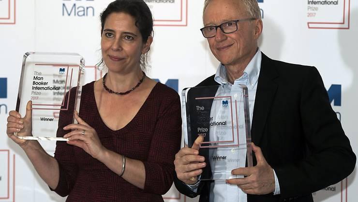 David Grossman und seine Übersetzerin Jessica Cohen posieren am Mittwochabend in London mit der Trophäe für den Man Booker International Prize.