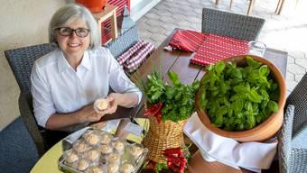 Cornelia Uebelhard mit ihrem neuesten Angebot: ihre selbst gemachte Kräuterbutter.