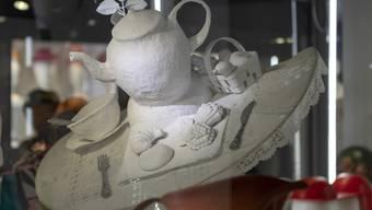 """Das Hutobjekt """"Breakfast fo Alice"""" der hollaendischen Hutdesignerin Stasha Chimbur an der Ausstellung """"Mut zum Hut"""" im Spielzeug Welten Museum Basel, in Basel am Freitag, 19. Oktober 2018. (KEYSTONE/Georgios Kefalas)"""