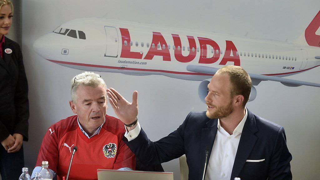 Die Fluggesellschaft Laudamotion gehört nun mehrheitlich dem irischen Billigflieger Ryanair. Im Bild Ryanair-Chef Michael O'Leary und Laudamotion-Geschäftsführer Andreas Gruber (r.).