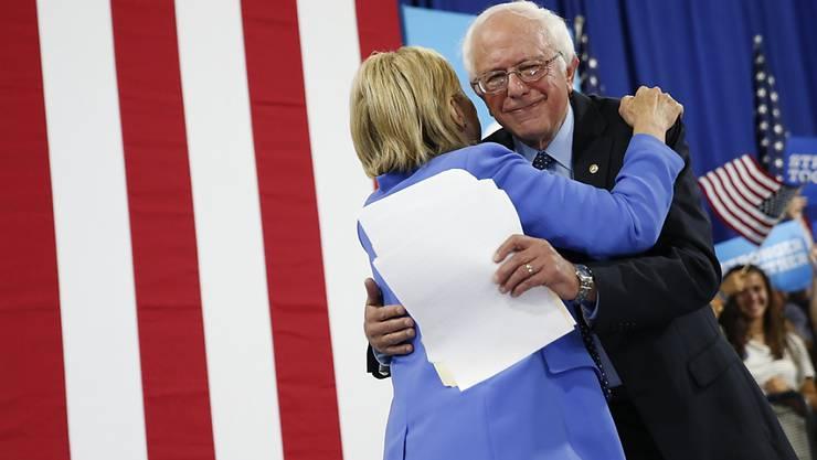 Zusammen sind wir stärker: Bernie Sanders unterstützt künftig Hillary Clinton im Kampf um die US-Präsidentschaft.