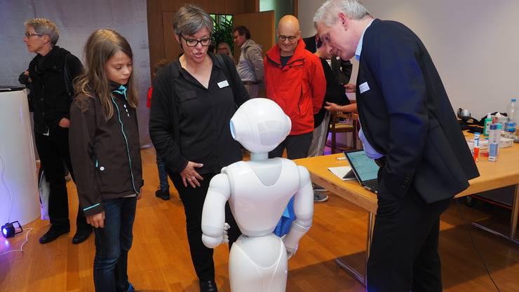 Stadträtin Dell'Anno begutachtet «Pepper», den in der Fachhochschule Nordwestschweiz gebauten Roboter.
