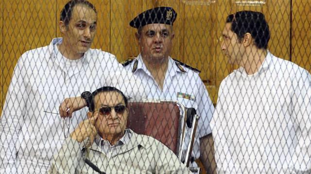 Hosni Mubarak (Mitte) und seine Söhne Gamal (l.) und Alaa (r.) 2013