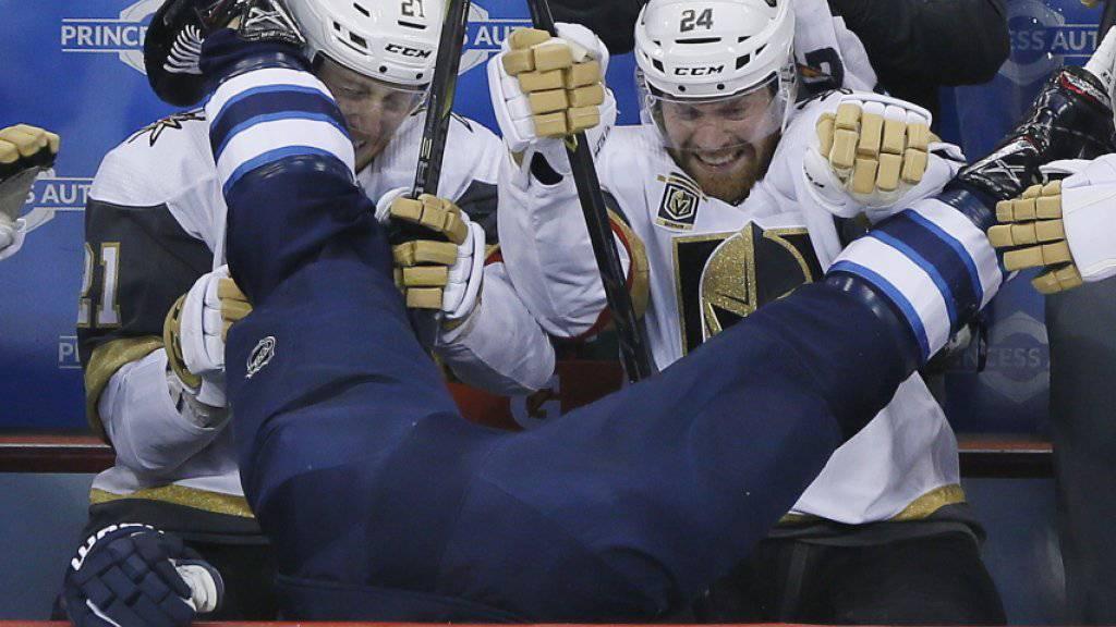 Winnipeg taucht im eigenen Stadion: Blake Wheeler landet nach einem Check von Ryan Reaves von den Vegas Golden Knights auf der gegnerischen Spielerbank