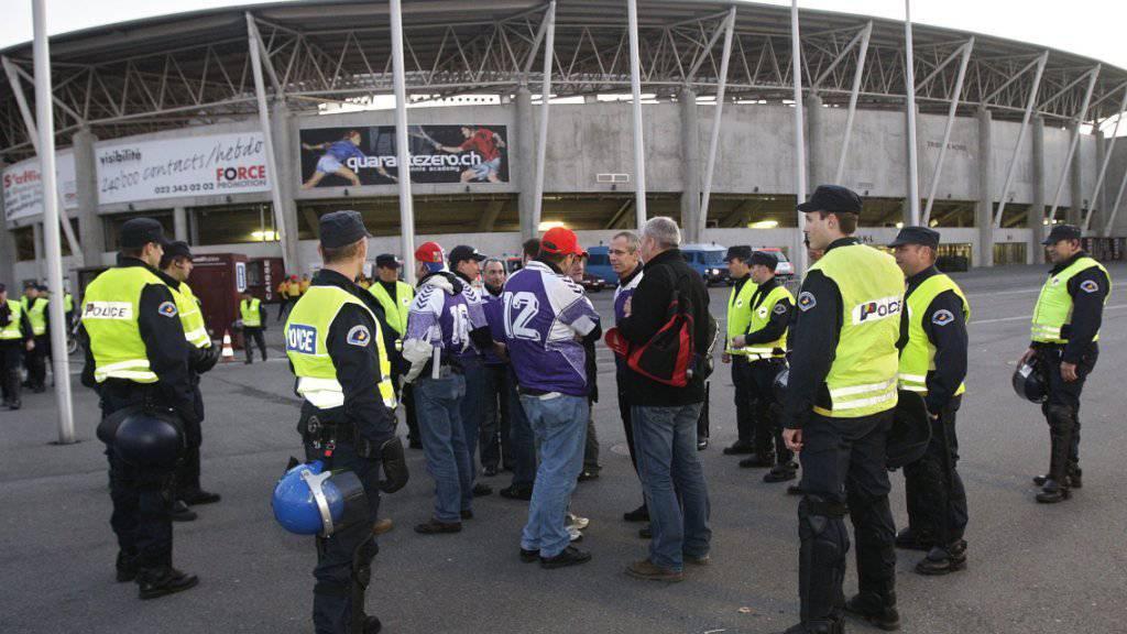 Nach einer Schlägerei zwischen Anhängern des FC Servette Genf und Neuchâtel Xamax hat die Genfer Polizei 33 Personen verhaftet. (Symbolbild)