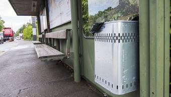 Die Busbetreiberin AAGL hat an der Haltestelle Schweizerhalle auf eigene Faust Abfalleimer aufgestellt.