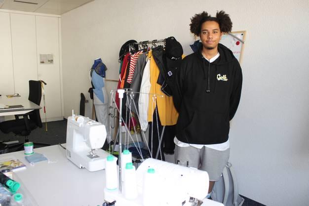 Der junge Modedesigner Aaron Doukpo entwirft im Coworking Space neuerdings seine Kollektionen.