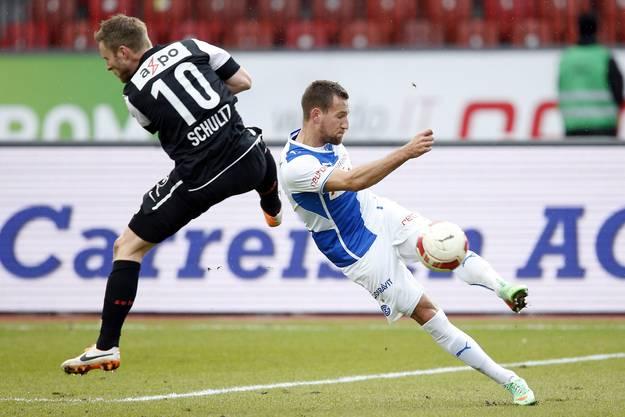 Aaraus Mittelfeldspieler Alain Schultz, links, gegen GC-Verteidiger Daniel Pavlovic.