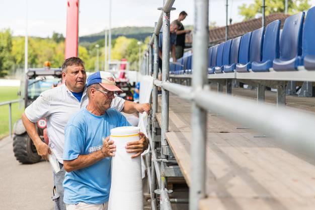 Tatkräftig: Die Vereinsmitglieder des FC Dietikon arbeiten mit grossem Engagement dafür, dass das Spiel    am Sonntag gegen den FC Lugano zum gelungenen Spektakel wird.