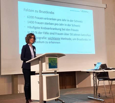 """Kurz und prägnant brachte Regula Schneider, Geschäftsführerin der Krebsliga Ostschweiz, die Eckdaten von """"donna"""" auf den Punkt."""