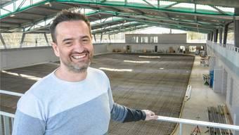 Christian Meier, Geschäftsführer des Sportparks Bünzmatt «Schüwo Park», in der neuen gedeckten Eisbahn, deren Bodenplatte am Mittwoch gegossen wird.