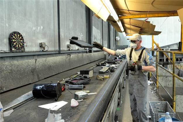 Sortierstation: Da fliegt der vor kurzem noch moderne, mittlerweile aber schon überholte Flachbildschirm aufs Förderband für jene Geräte, aus denen man Schadstoffe von Hand entfernen muss.