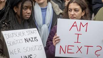 Drei Tage nach dem Anschlag in Hanau haben in der hessischen Stadt rund 6000 Menschen gegen Hetze und Menschenverachtung demonstriert.