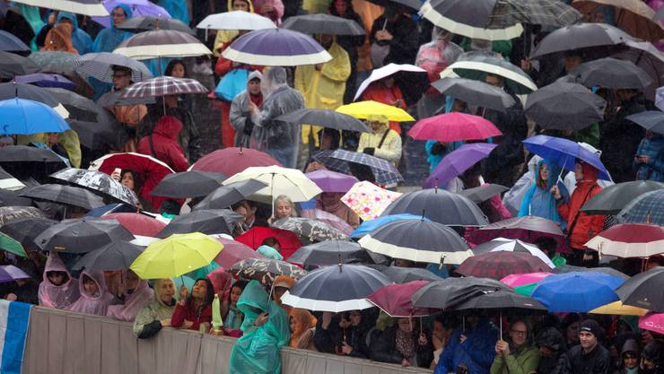 Tausende von Pilgern reisten in den Vatikan, um mit dem Papst auf dem Petersplatz die Ostermesse zu feiern.