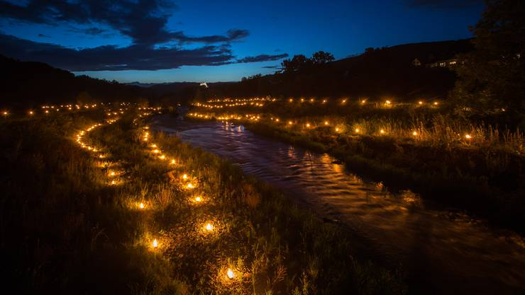 Eindrückliche Ausdehnung: Kerzen zeichnen die Abrisskanten des Hochwassers 1999 nach.