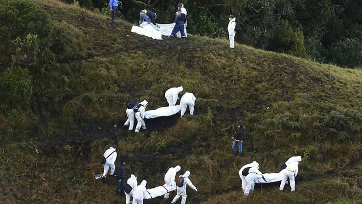 Rettungskräfte bergen die Opfer des Flugzeugabsturzes in Kolumbien: Die Tragödie um den Fussballclub Chapecoense hat Filmproduzenten auf den Plan gerufen. (Archivbild)