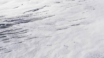Zwei Wanderer auf dem Jungfraufirn in rund 3500 Meter Höhe: Trotz viel Neuschnee sind die Gletscher in der Schweiz unter der Sommersonne dahin geschmolzen.