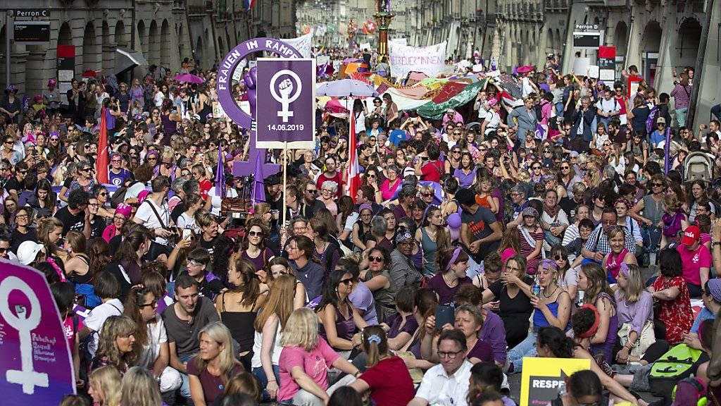 Lohngleichheit gehörte zu den Forderungen des Frauenstreiks im Juni. Ab 2021 müssen grosse Unternehmen untersuchen, ob sie Frauen und Männern für gleiche Arbeit gleichen Lohn bezahlen. (Archivbild)