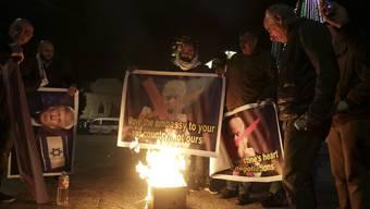 In Bethlehem verbrennen Demonstranten Fotos des US-Präsidenten Donald Trump bringt mit seinem Entscheid vom Mittwoch die arabische Welt gegen sich auf.