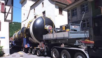 Gegen Schwertransporte wie diesen Dampferzeuger für das AKW Beznau 2 würde ein Umfahrungstunnel nichts nützen. BZ-Archiv/Schwager