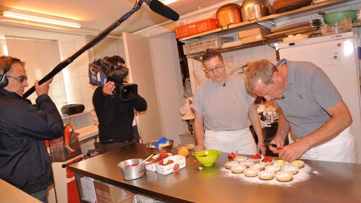 Ein starkes Team: Kurt Aeschbacher (r.) unterstützt Bäckerin Jolanda Rohrer (2.v.r.) beim Garnieren der Erdbeertörtchen. (sha)