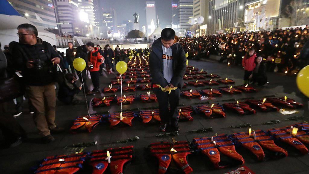 Die Schwimmwesten sollen an die Opfer des Fährunglücks von 2014 erinnern. Die Demonstranten werfen Südkoreas Präsidentin vor, nach dem Unglück stundenlang nicht erreichbar gewesen zu sein.
