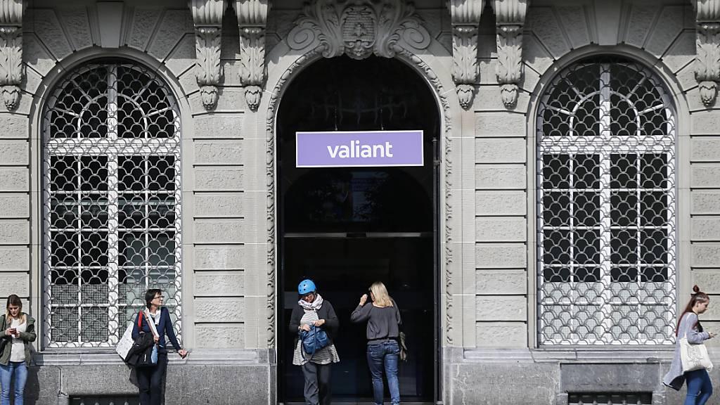 Der Eingang und das Logo der Valiant Bank bei der Filiale auf dem Bundesplatz. Im Zuge der Expansionsstrategie bis 2024 will das Geldhaus 14 neue Filialen eröffnen. (Archivbild)
