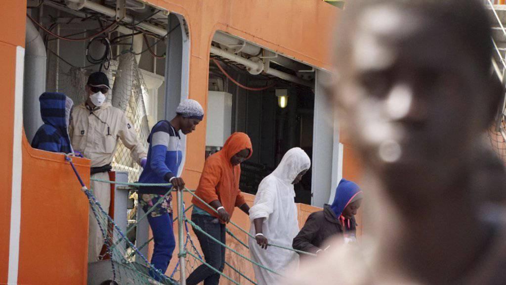 EU setzt in der Flüchtlingskrise auf Migrationspartnerschaften: Asylsuchende aus Afrika verlassen ein norwegisches Schiff in der italienischen Hafenstadt Salerno (Archiv).