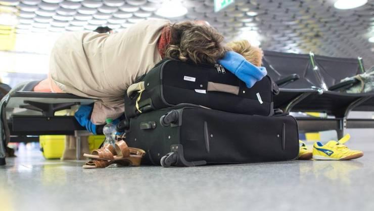 Flug in die Türkei fällt aus - Passagier im Flughafen in Hannover gestrandet. In den Feriengebieten müssen sich weitere mehrere Hundert Reisende in Geduld üben.