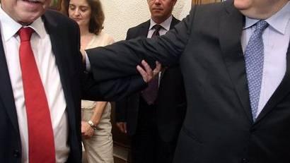 Pasok-Chef Evangelos Venizelos (r) begrüsst den Dimar-Vorsitzenden Fotis Kouvelis